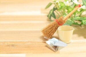 綺麗な床と掃除用具のイメージ画像