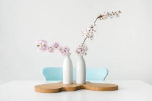 花瓶に飾った桜の生花のイメージ